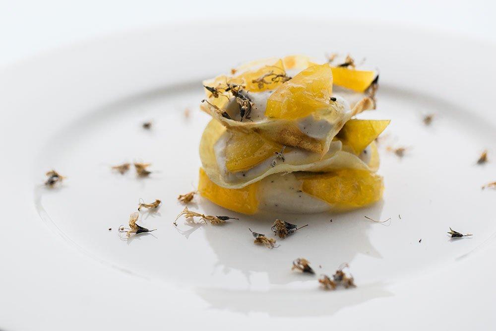 Millefoglie di pane carasau al rum, mousse di ricotta alla vaniglia, limone candito e fiori di rosmarino - Ph. Inesse Handmade Photography