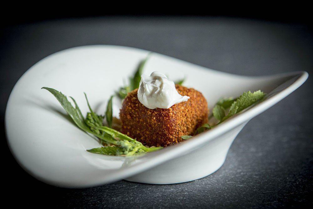 Tartare di manzo panata con polvere di pomodori, germogli di ramoracci e formaggio di kefir - Ph. Raffaella Midiri Photographer