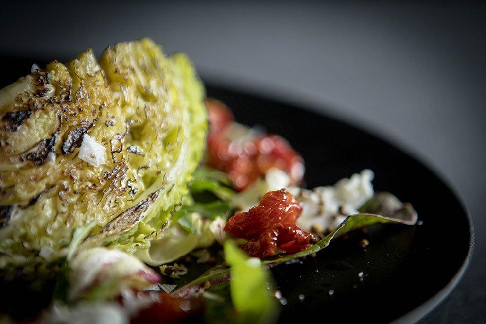 Verza arrostita, pomodorini essiccati e ricotta di mucca - Ph. Raffaella Midiri Photographer
