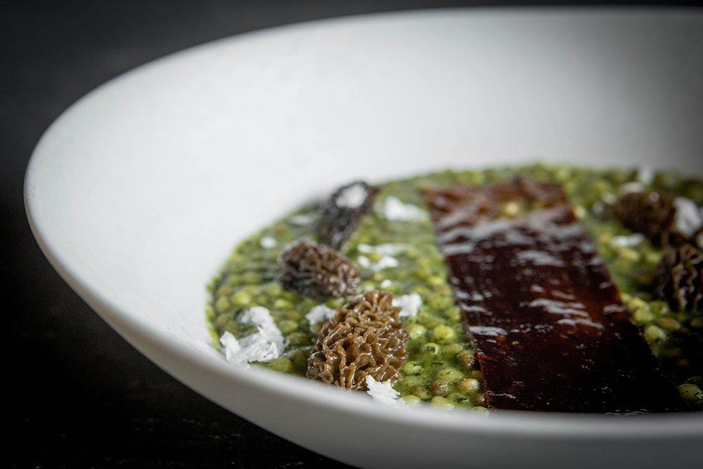 Fregola cotta all'estratto di broccoletti con sfoglia di peperone, spugnole e scaglie di parmigiano - Ph. Raffaella Midiri Photographer