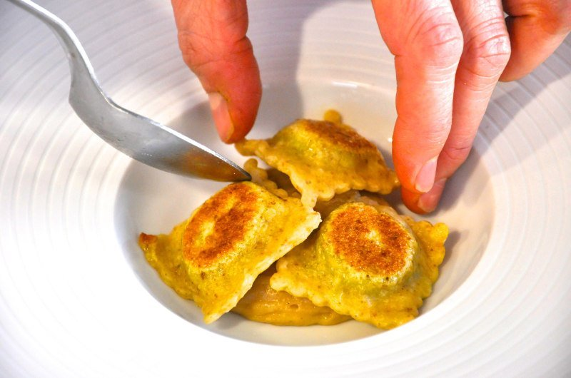 Ravioli di pasta pane ripieni di concia di zucchine su spuma di bruschetta - Ph. Paola Ciambruschini