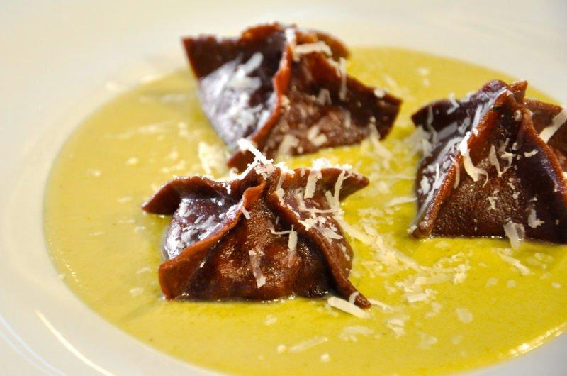 Fagottino al cacao ripieno di coratella su crema di carciofi - Ph. Paola Ciambruschini