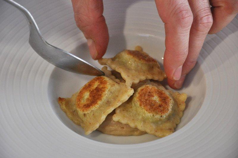 Ravioli grigliati sulla spuma di bruschetta