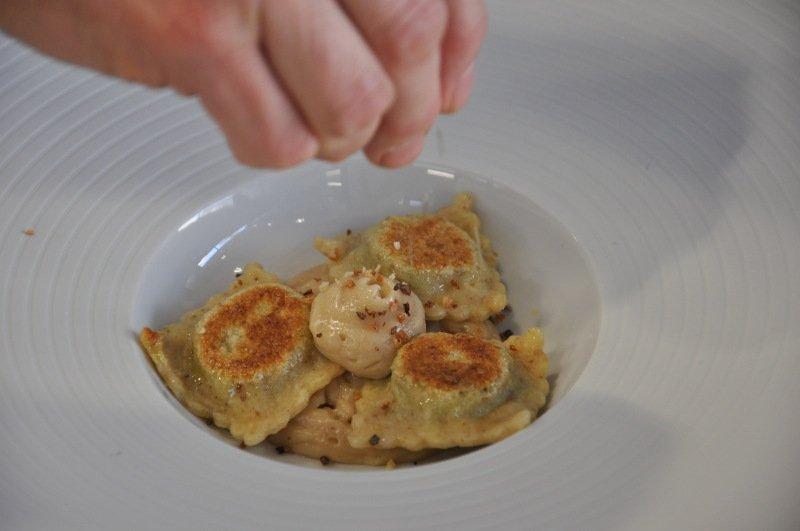 Ravioli grigliati di pastapane, ripieni di concia di zucchine con spuma di bruschetta e fumo di menta