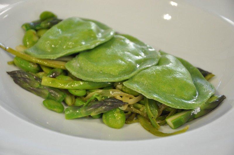 """""""Il verde"""" ovvero pasta all'ortica, ripiena di caprino e piselli con la nostra vignarola"""