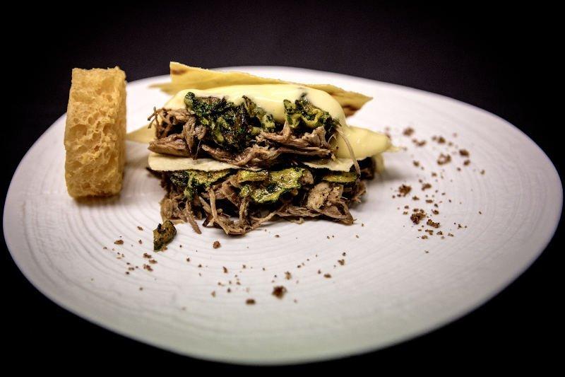 BBQ Gourmet - Millefoglie di pane carasau con spalla di maiale sfilacciata, concia di zucchine, salsa olandese e scarpetta con spugna al pomodoro